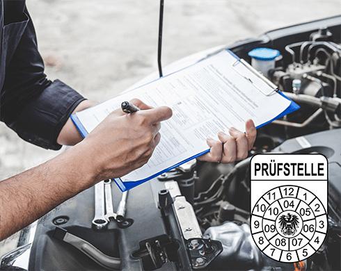Ein Mechaniker arbeitet eine Checkliste ab, im Hintergrund die geöffnete Motorhaube eines Autos.